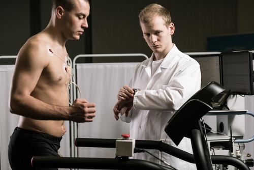 Abbildung Arzt und Patient auf Laufergometer.